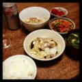 今夜は豚白菜豆腐と人参パクチーとミニトマトピクルスと納豆とニラ玉