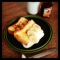 今日の朝ごはんはフレンチトーストのバナナホイップ添えに紅茶でした