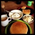 今日の朝ごはんはバナナとホイップクリームとメープルシロップのパン