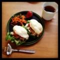 今朝は鳥ハムサンドとニンジンサラダとイチゴと紅茶(´ー`) おはよう