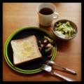今朝はバタつきパンとタコブロッコリーとキウイヨーグルトと紅茶(´ー