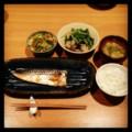 今夜は鯖塩焼きと春雨炒めとアサリ水菜と味噌汁とごはん(´¬`) 子ど