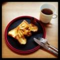 今朝はフレンチトーストと煮リンゴと紅茶(´ー`) 春雨の降る降る。