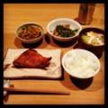 今夜は赤魚粕漬けと人参ピーマンと鶏豆苗炒めと野蒜豆腐みそ汁とごは
