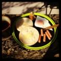 今朝の庭ごはんはマフィンと目玉焼きとソーセージと紅茶(´ー`) 風は