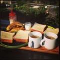 今日の朝ごはんは二階ウッドデッキにてバタつきパンとバナナとベトナ