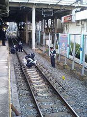 人身事故現場で現場検証をする警察官