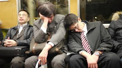 通勤電車の疲れ切ったサラリーマン