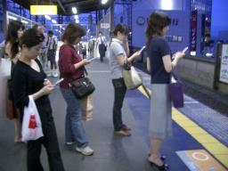 携帯電話を使う人たち