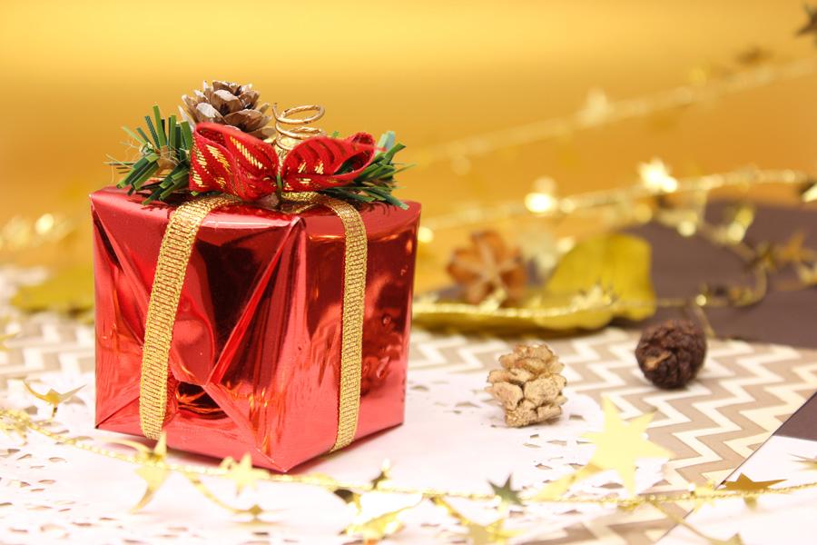 ゲームソフトのプレゼントをするクリスマス時期にある暖かく幸せな時間の画像