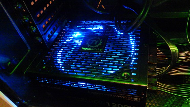 ゲームマスターXThermaltake社TOUGHPOWER1200WPlatinumを採用しマザーボードに取り付けたキラキラライトイメージ画像