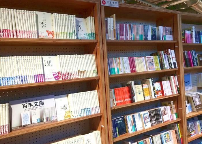 東京都内にあるブックカフェ、マルノウチリーディングスタイルの紹介