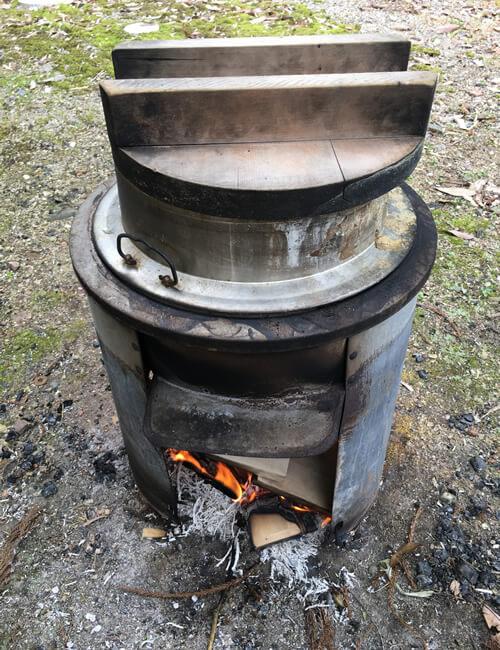 タケノコごはんのレシピと作り方、タケノコを釜で水煮にする