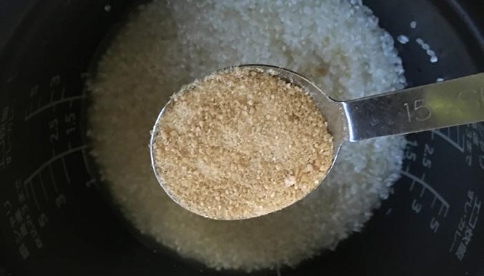 タケノコごはんのレシピと作り方、砂糖(てんさい糖)大さじ1杯入れる