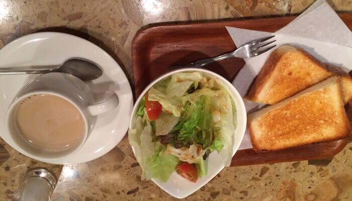 十条駅 商店街の中にあるカフェ、梅の木でコーヒーとモーニングセットを注文しました