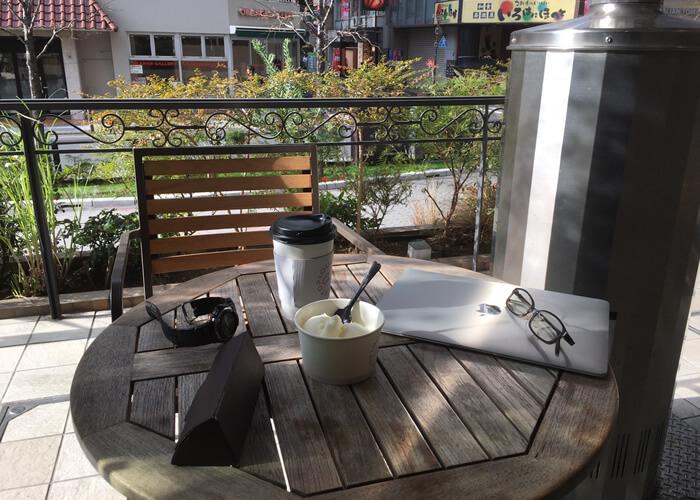 池袋西口にあるオープンテラスのカフェ、GELATO PIQUE CAFEでブレンドコーヒーとバニラのジェラートを注文しました