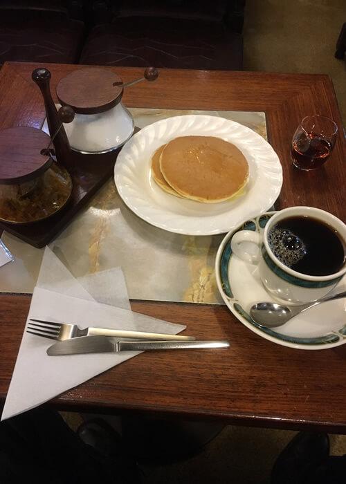 十条駅の隠れ家的な喫茶店、樹里でブレンドコーヒーのパンケーキセットを注文