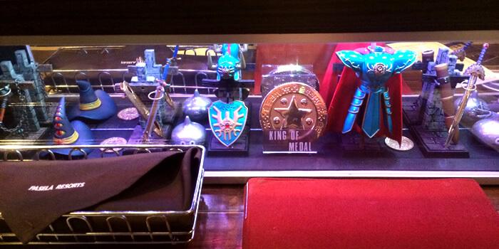 ルイーダの酒場の内観、テーブル上のドラクエグッズ