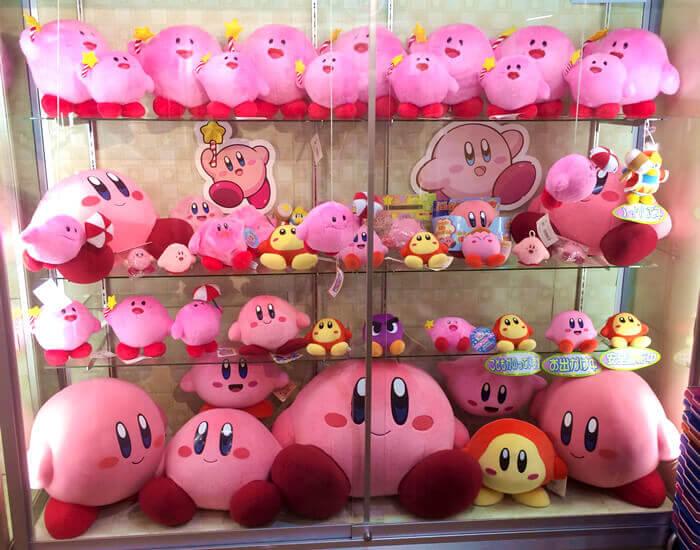 星のカービィワンフロアまるごとミュージアムの展示品。ピンクのぬいぐるみ大集合