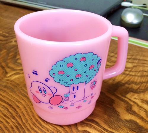 カービィのデザインをあしらったマグカップ