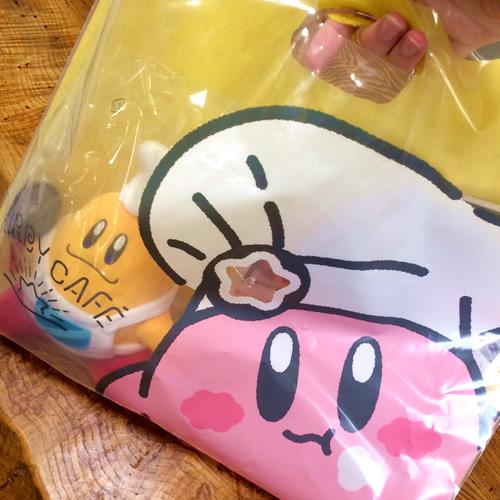 カービィミュージアムで買ったコックカワサキのぬいぐるみと、コックカービィのデザインをあしらった手さげ袋