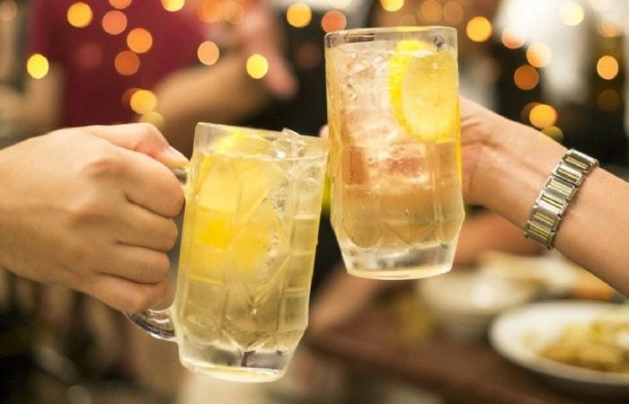 居酒屋で乾杯している写真