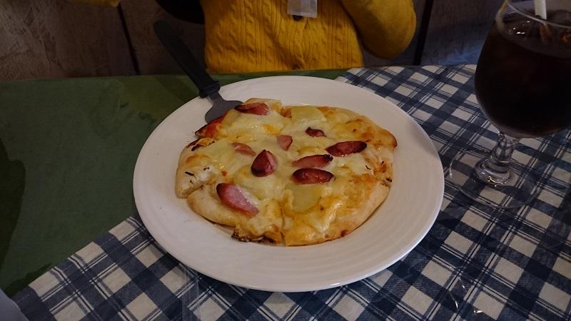 Cafe & Restaurant Picのソーセージとポテトのピザ