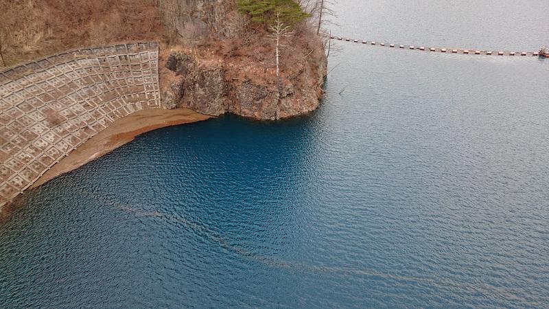奥四万湖の水面の写真