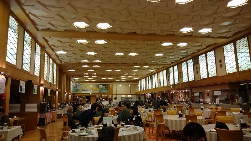 四万グランドホテル夕食会場の写真
