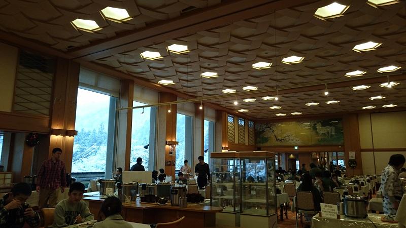 四万グランドホテルの朝食会場の大広間