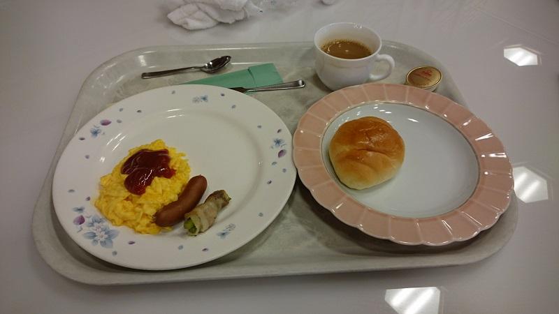 朝食を乗せたプレート