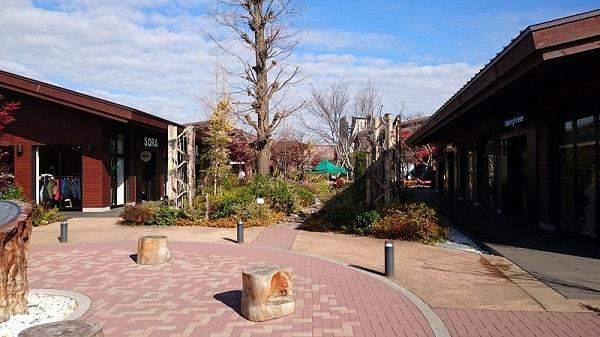 モリパークアウトドアビレッジの敷地内の写真。メインエントランスを入ってすぐの場所。
