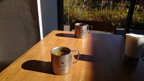 お茶をしたsnow peakのテーブルの上の二つのマグカップの写真