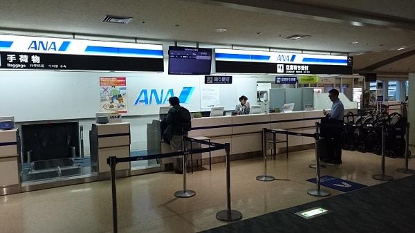 那覇空港搭乗口にあるANAカウンターの写真
