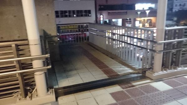 歩道に下りる階段の写真