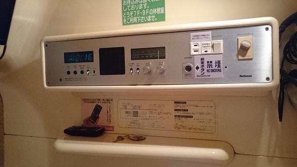 カプセル内の設備のコントロールパネル
