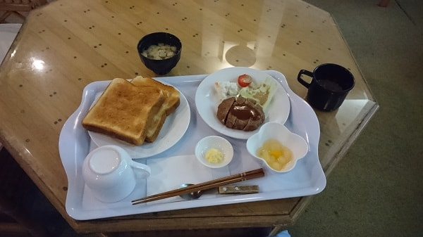 ハンバーグ付の朝食のプレート