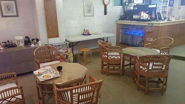 フロント横の朝食が取れるスペース