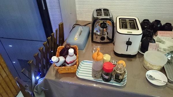 トースター2台、ドレッシング等の調味料、スープに入れるクルトン、チョコレートペースト等を置いた台