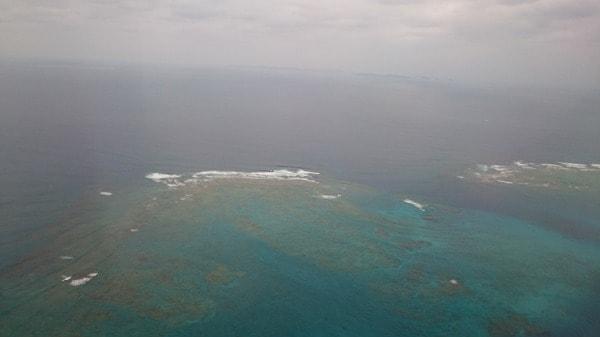 那覇市と前島の間に点在するサンゴ礁の機上からの写真(その1)