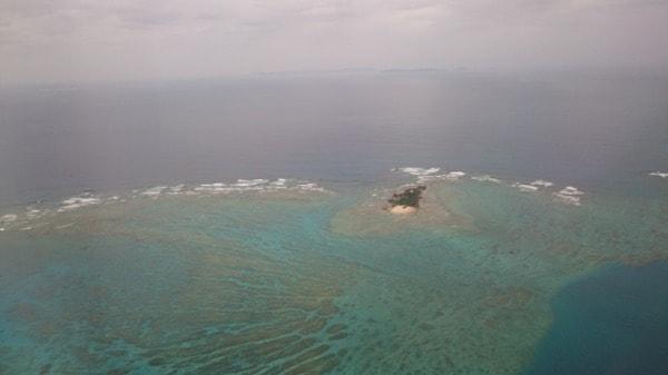 那覇市と前島の間に点在するサンゴ礁の機上からの写真(その2)