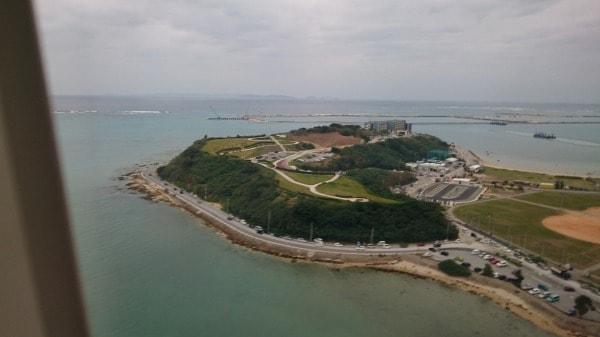 那覇空港着陸直前の機内からの写真