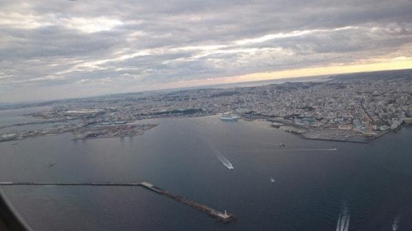 那覇空港離陸直後の機内からの写真