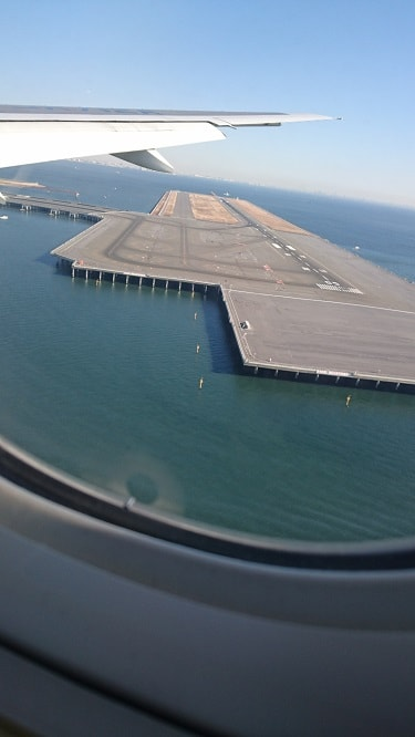 羽田空港滑走路の機内からの写真