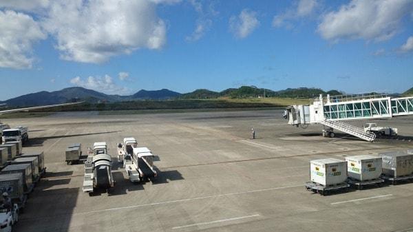 石垣空港滑走路の空港ロビーからの写真