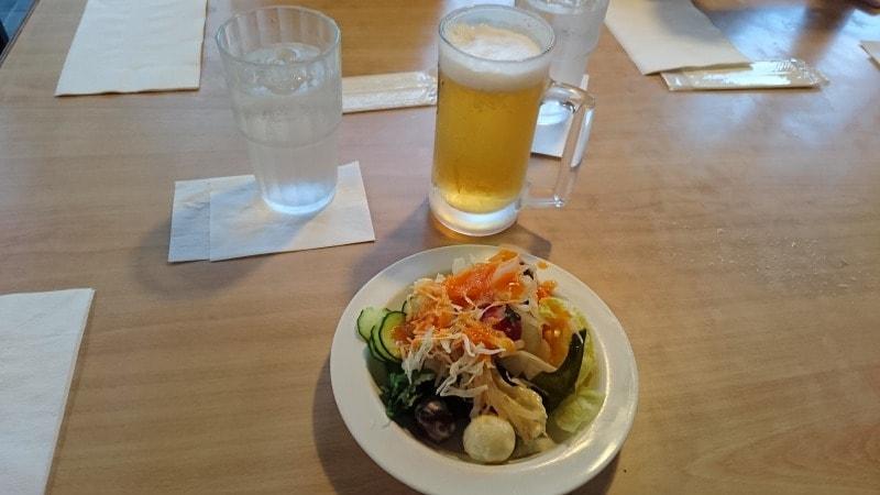 サラダバーで取ってきたサラダとビール
