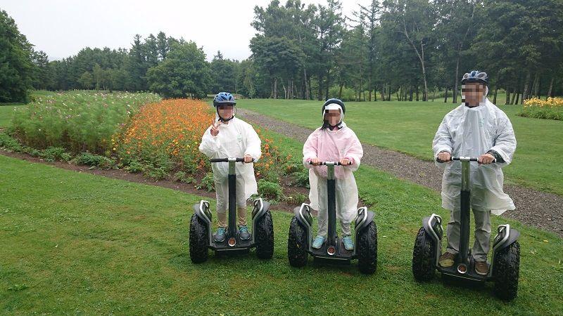 私と娘二人。セグウェイに乗って、お花畑の前で記念写真。