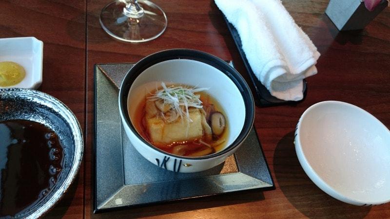 鹿児島黒豚フィレとんかつ/カレー風味の付け合わせの揚げ出し豆腐