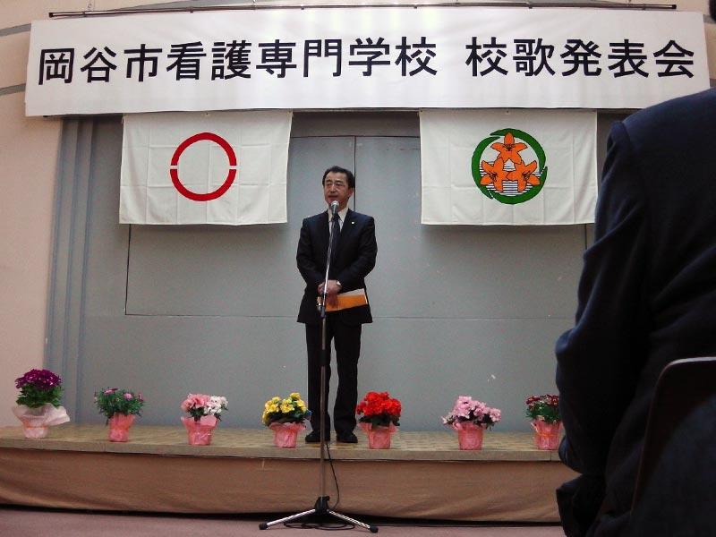 平尾昌晃さん指揮で校歌斉唱 岡谷市看護専門学校校歌発表会