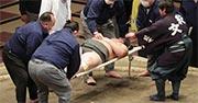三段目力士が投げの打ち合いで頭部を強打 土俵上でしばらく動けずに搬送 : スポーツ報知